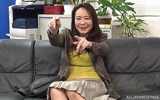 Unprofessional shagging on the leather sofa thither Japanese MILF Yuri Nihongi