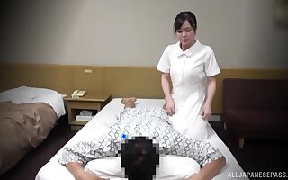 Instead of massage horny Asian therapeust gets a hard client's penis